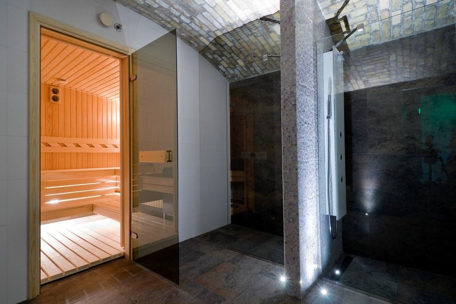 Dry_sauna_for_12_people